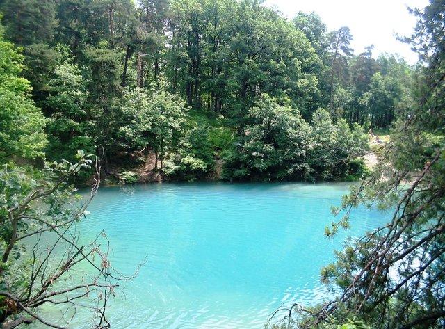 Lacul din România care își schimbă culoarea