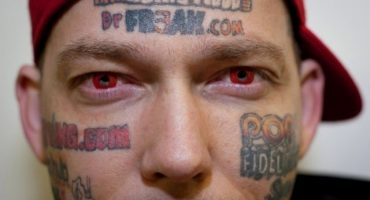 Omul care şi-a tatuat reclame pe faţa pentru bani