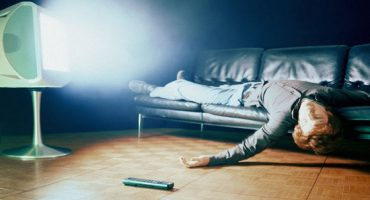 Dormi cu televizorul aprins? Acest obicei iți poate afecta grav sănătatea