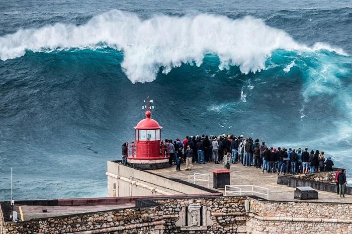 Valuri uriase in Nazare, Portugalia