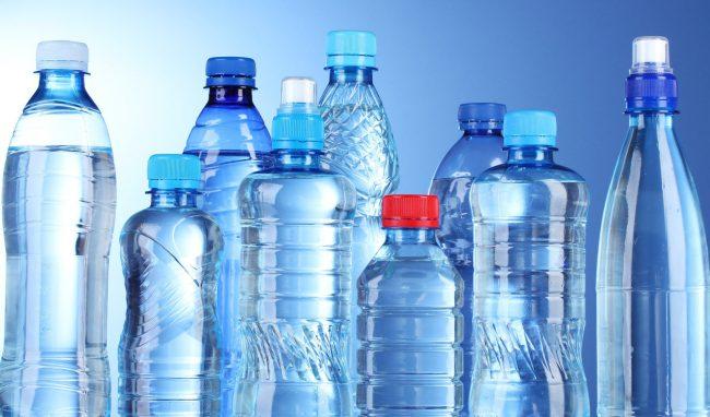 Când consumăm apă, în corpul nostru ajunge și plastic