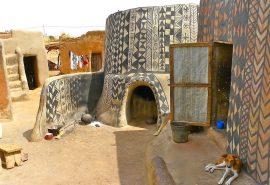 În acest sat african, fiecare casă este o operă de artă