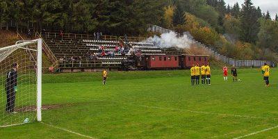 Trenul care trece printr-un stadion de fotbal