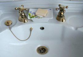 De ce chiuvetele din Anglia au două robinete separate?