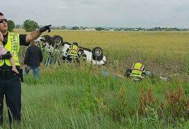 Un polițist distrage atenția unei fetițe după ce tatăl a murit în accident
