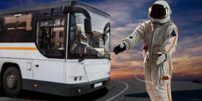 Ritual ciudat. De ce cosmonauții ruși urinează pe roata unui autobuz înainte de plecare?