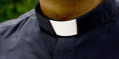 De ce preoții catolici poartă un guler alb?