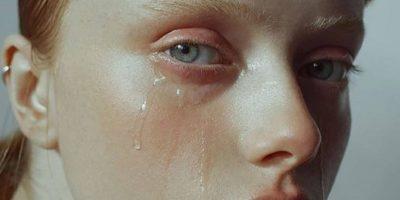 Cum reușesc actorii să-și provoace lacrimi în filme?