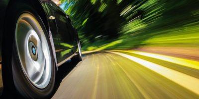 De ce la viteze mari ni se pare că rotile se învârt invers?