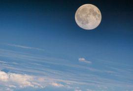 Dacă Luna se rotește în jurul axei sale, atunci de ce vedem doar o parte a ei?