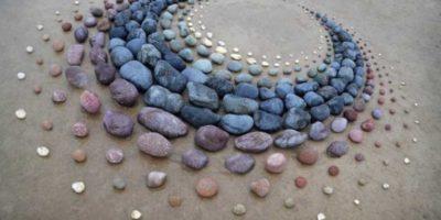 Artistul ce creează modele uimitoare din pietre pe plajă