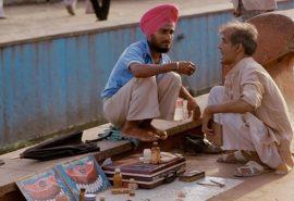 Indienii își tratează dinții pe stradă