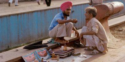 De ce indienii își tratează dinții pe stradă?