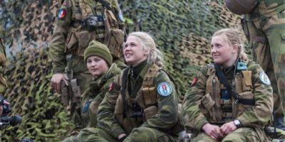 Femeile din armata norvegiană mănâncă și dorm cu bărbații