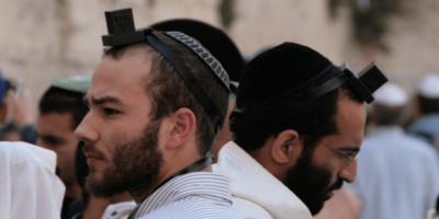 De ce evreii poartă cutii pe cap?