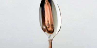 De ce te vezi cu susul în jos într-o lingură?