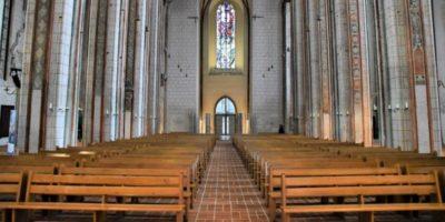 De ce catolicii stau jos în timpul slujbelor?