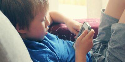 De ce copiii nu ar trebui să aibă telefoane mobile înainte de vârsta de 12 ani