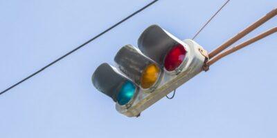De ce semafoarele din Japonia sunt albastre în loc de verzi?