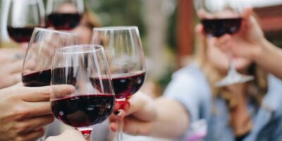 De ce vinul roșu provoacă dureri de cap mai mari decât vinul alb?