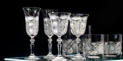 Care este diferența dintre sticlă și cristal?