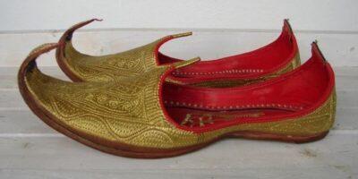 De ce oamenii din Orient purtau pantofi cu vârf curbat?