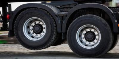 De ce camioanele au niște roți suspendate în aer?