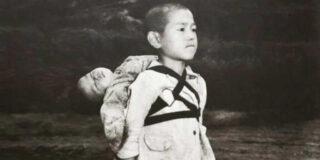 Curajosul din Nagasaki: povestea băiatului care și-a adus fratele mai mic la crematoriu