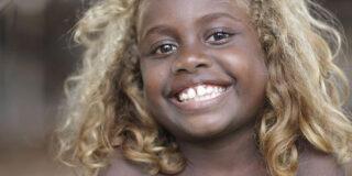 Melanezia, locul unde oamenii cu pielea neagră se nasc cu părul blond