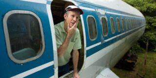 Un bărbat trăiește de 20 de ani în mijlocul pădurii într-un avion vechi