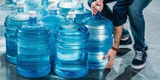 De ce bidoanele de la dozatoarele de apă au 19 litri și nu 20?